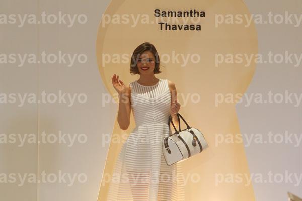 ミランダ・カー『サマンサタバサ×伊勢丹』ファッションショーでランウエイ